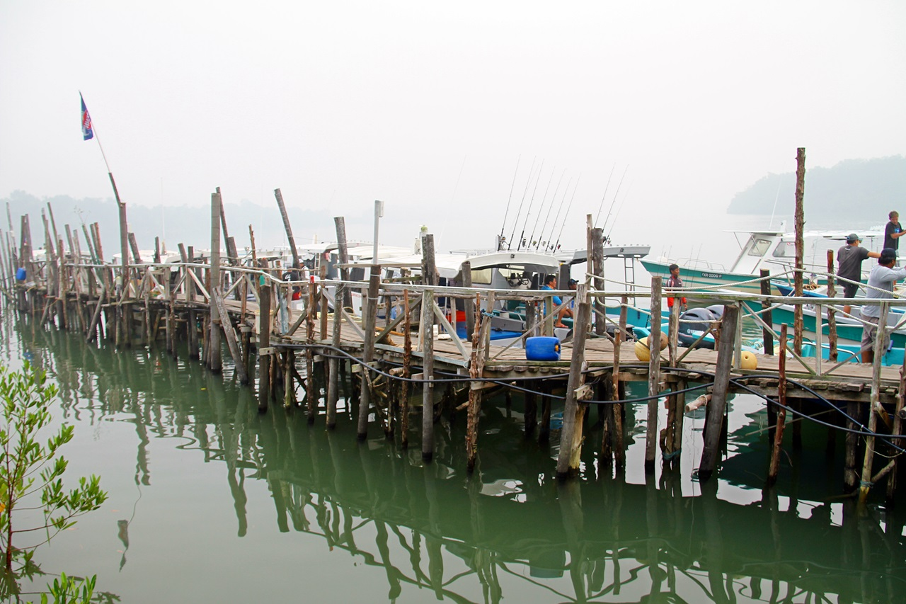 Båtene går ut fra elven til fiskeområdene i havet en liten time fra Kuala Rompin