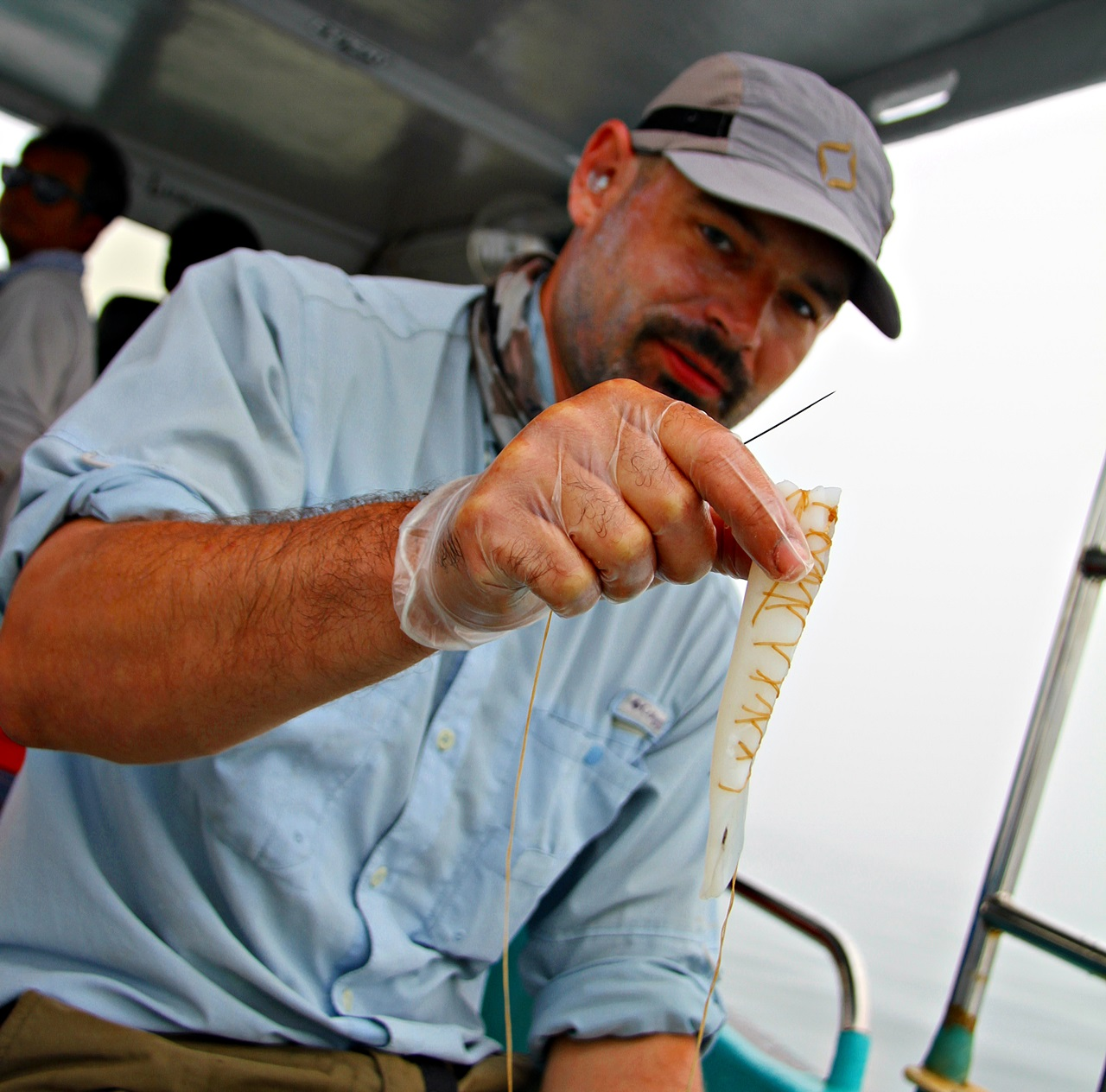 en av guidene forsterker blekksprutstripen som skal hisse opp fisken