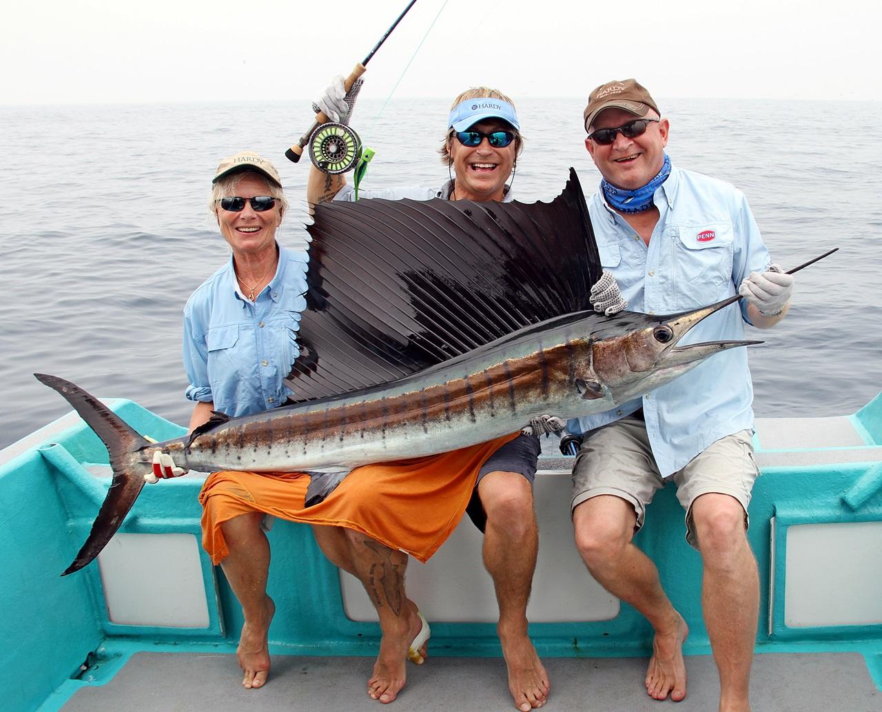 tre glade fluefiskere med tilsammen 7 sailfish på to dagers fiske