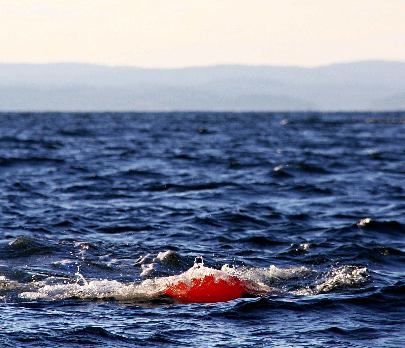 Det er oppdriften og vinkelen i blåsen som gjør at dreggen løftes i fra bunnen når båten kjører