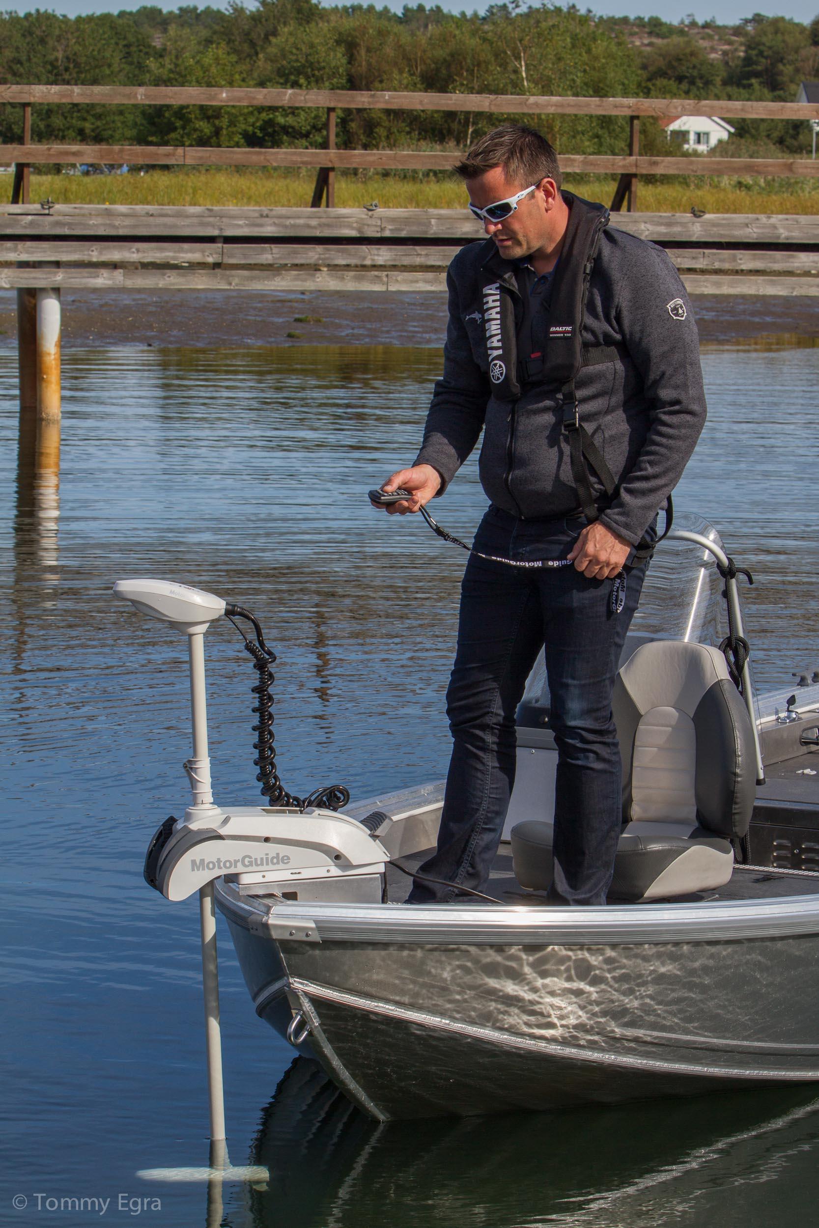 du kan stå hvor som helst i båten og styre den i fra fjernkontrollen