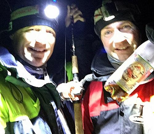 -2 grader og ut i båt på natten, god vi har julebrus