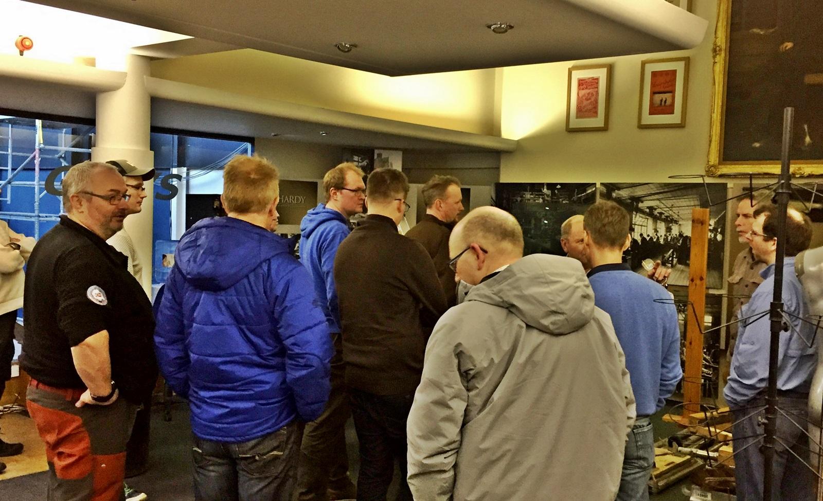 Forhandlere fra hele Norge tok turen til Hardy fabrikken, her en omvisning på museet som for tiden er under oppgradering
