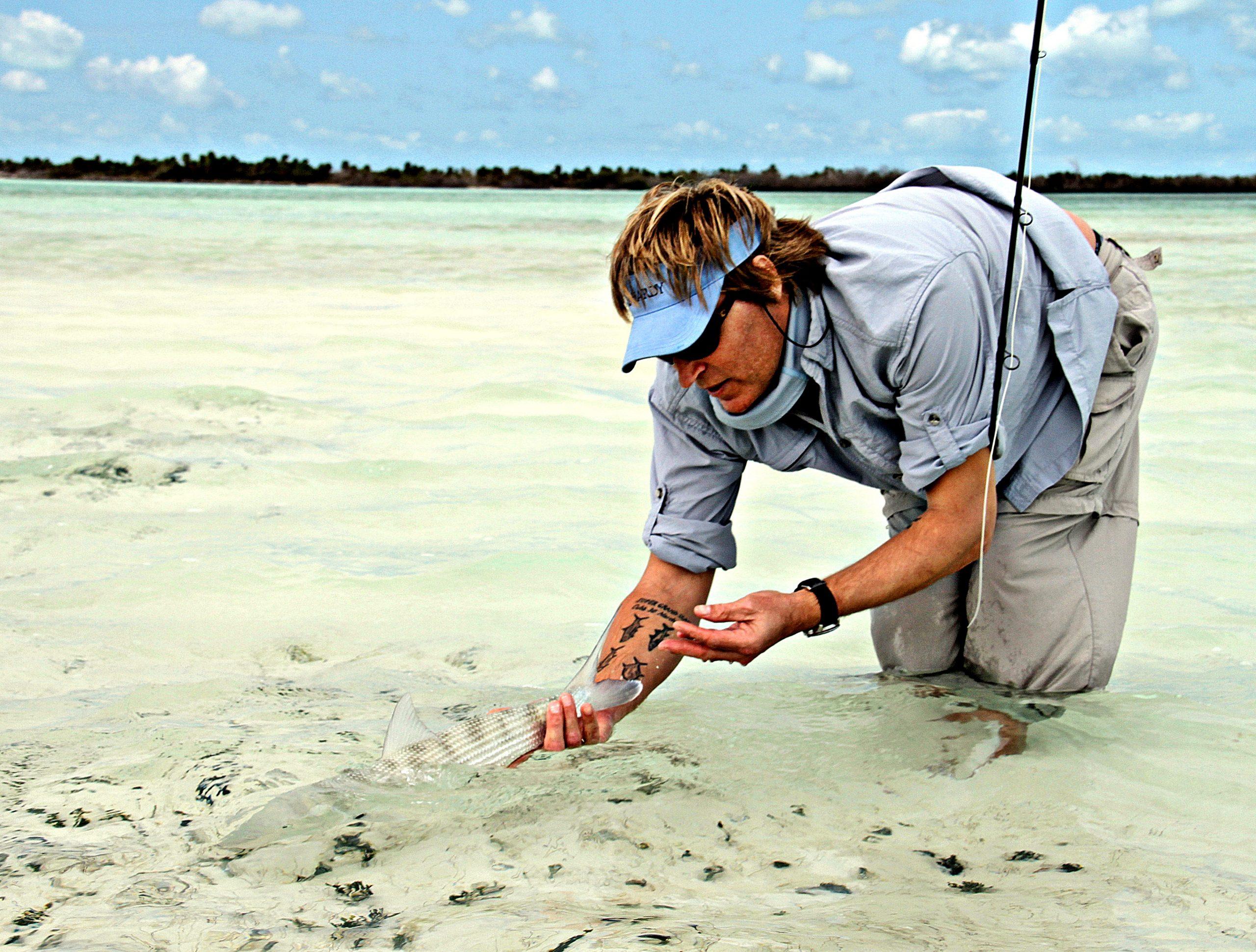 En av turens minste bonefish for friheten tilbake