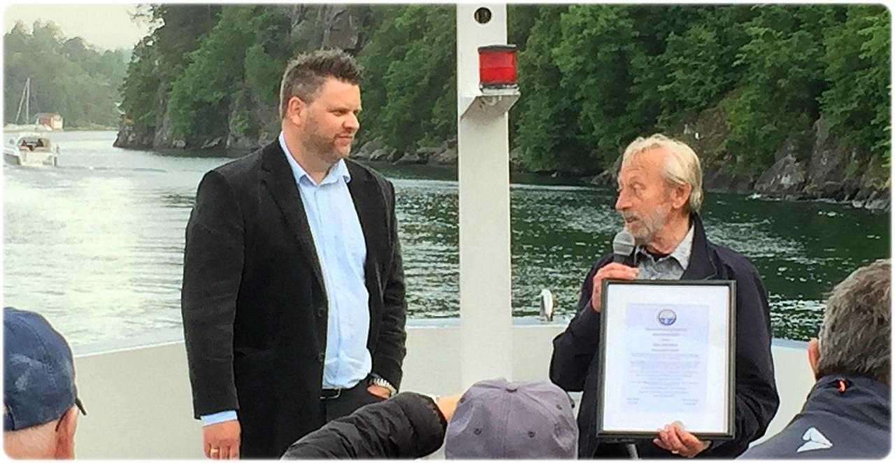 Are Andersen (NHF) fikk æren av å overrekke æresprisen til Bjørn Nyhus
