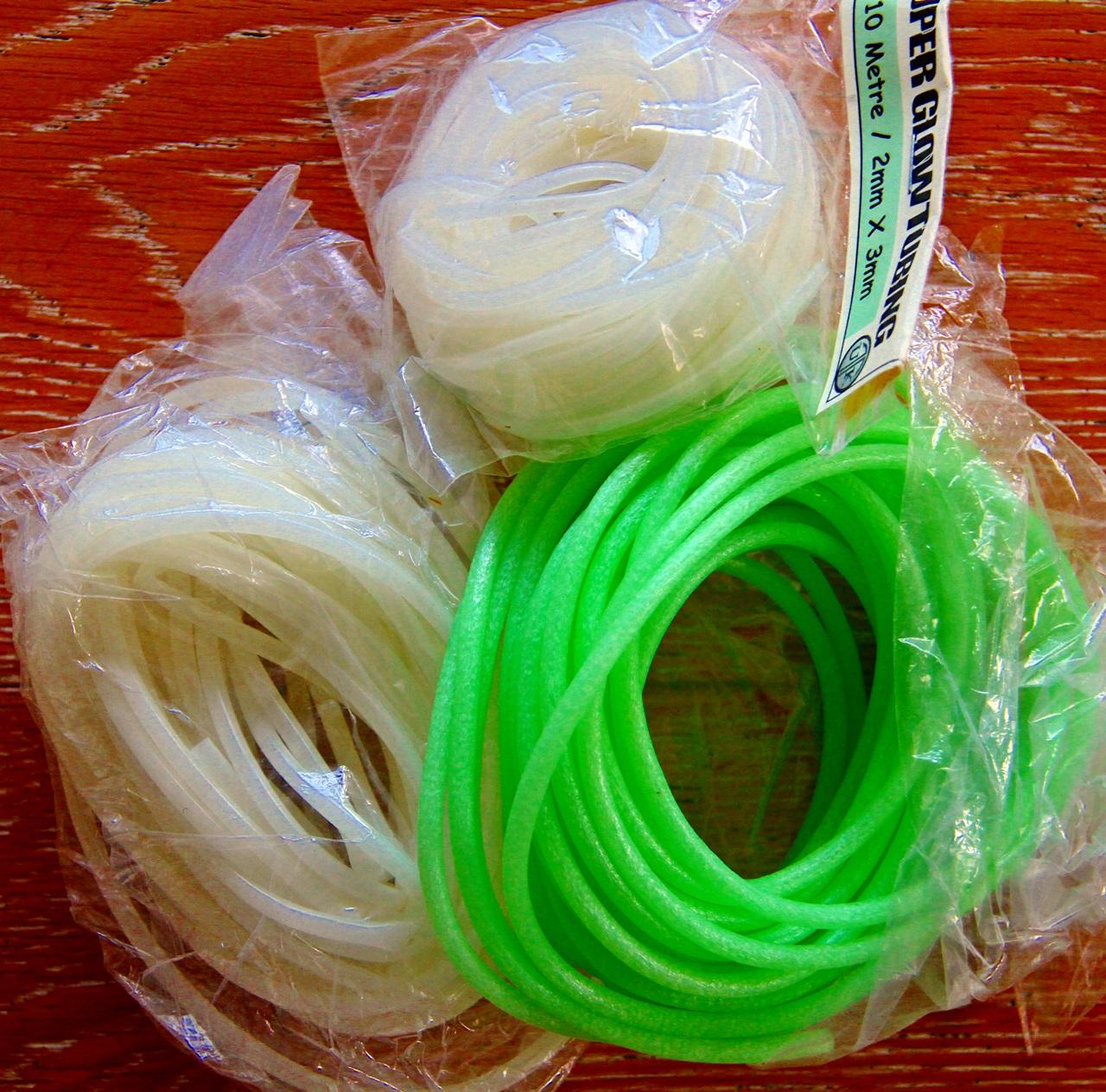 Du finner mange selvlysene (fosforiserende) produkter du kan bruke som attraktor, her slange