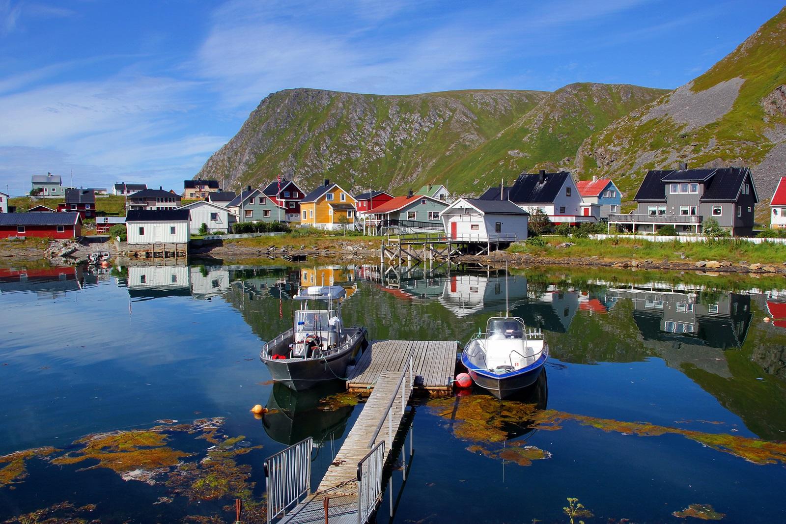 Sørvær er et lite fiskevær som ligger ytterst ut mot storhavet