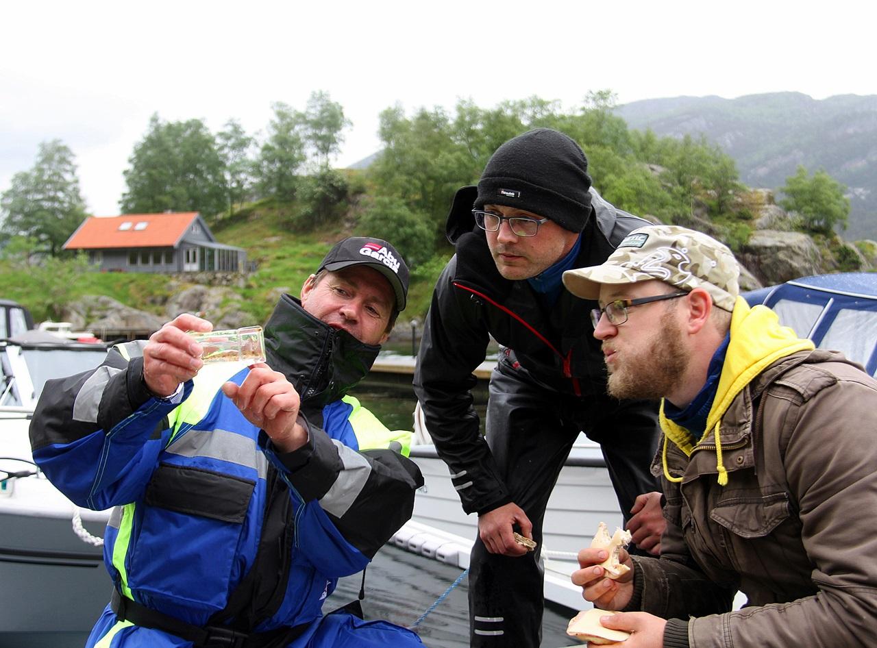 Asgeir Kvalsund og Sindre Bøe som bla jaktet NKU studerer liten fløyfisk fangsten