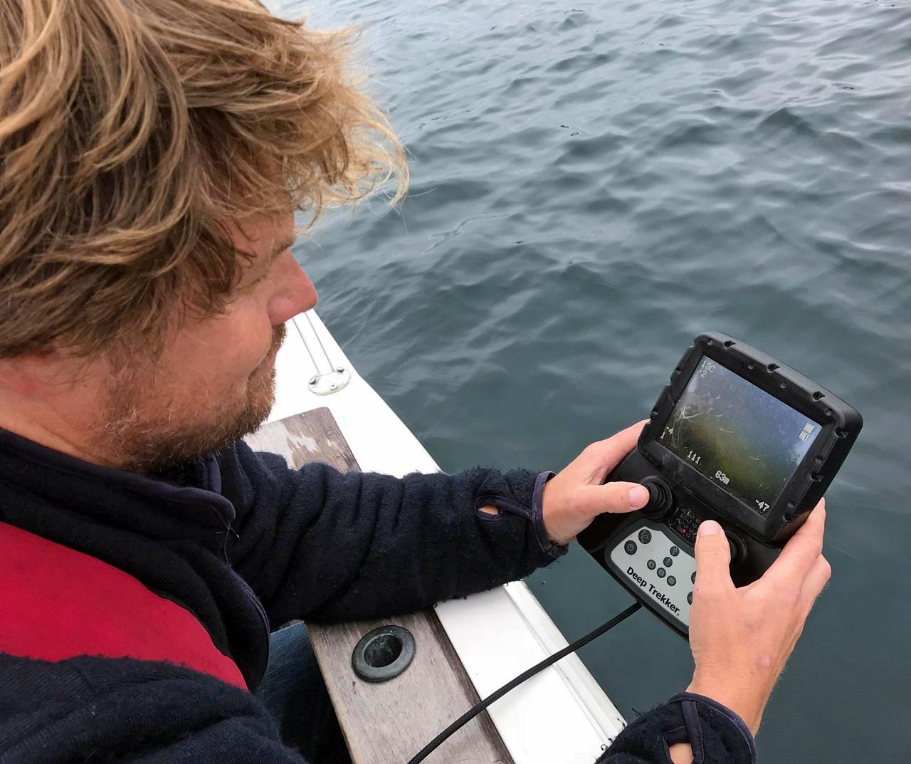 dronen følges på skjerm fra båt