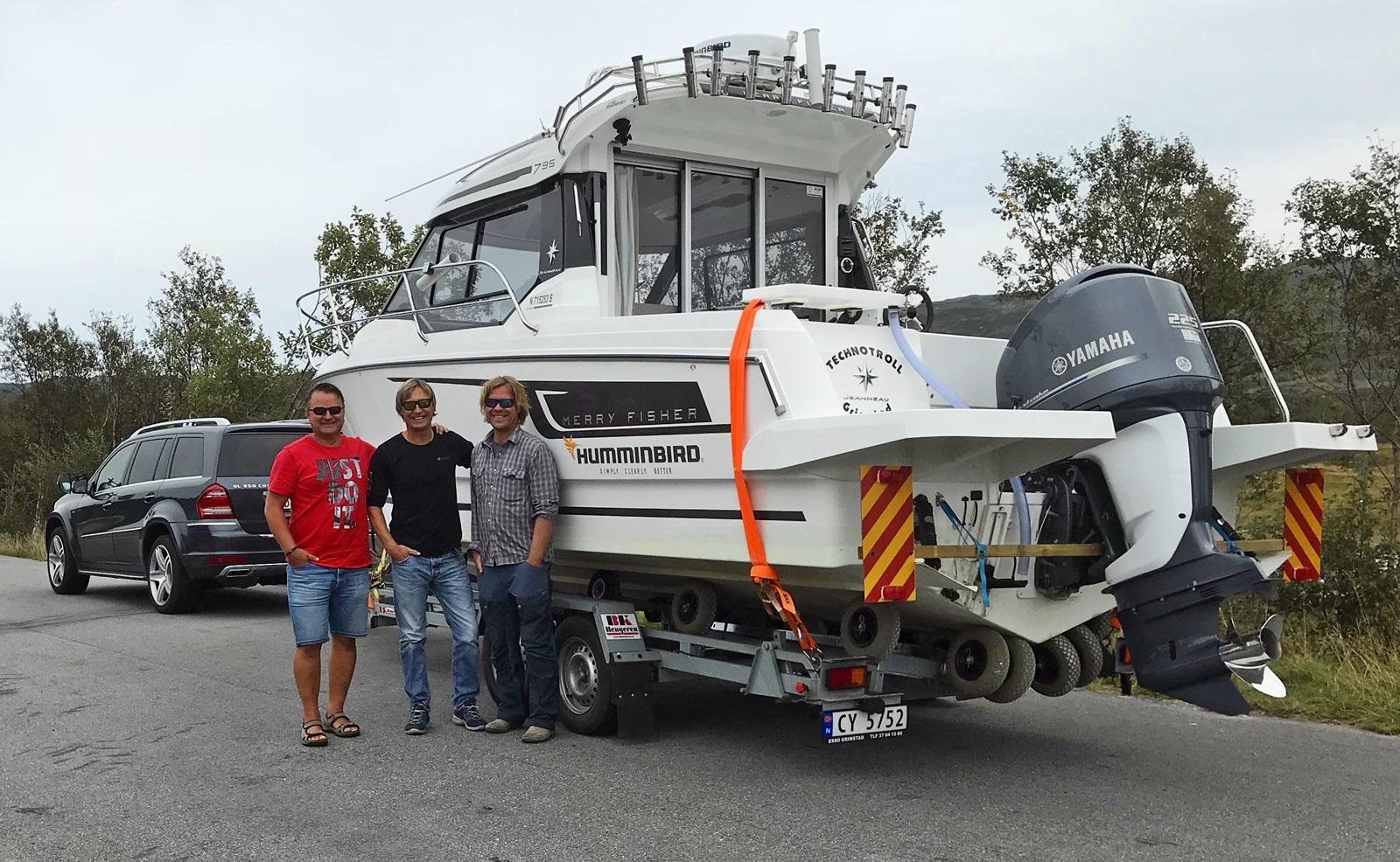 Teamet med båt på veg over Hardangervidda