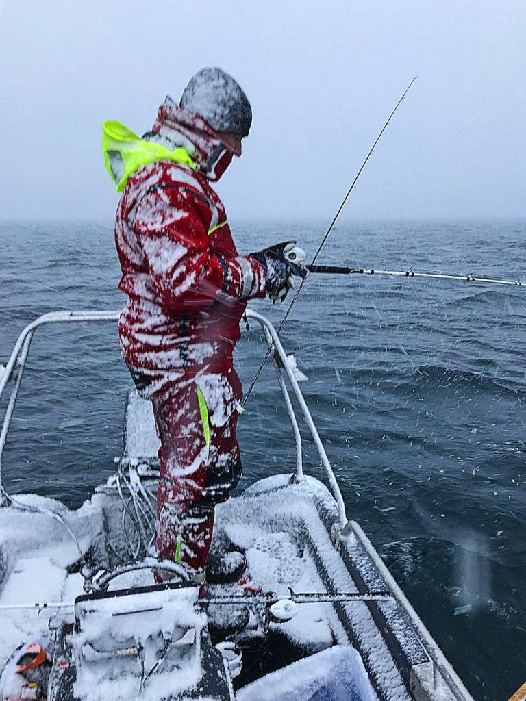 Det ble napp og fisken beit, selv kjente vi på neglbitt i det kalde været